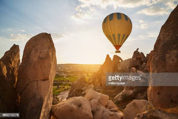 globos de aire caliente vuelan al atardecer, cappadocia, turquía - capadocia fotografías e imágenes de stock