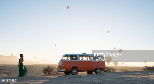 balões de ar quente, sobrevoando o vale pela manhã. capadócia. turquia - volkswagen - fotografias e filmes do acervo
