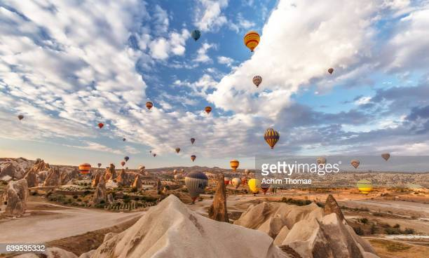 hot air balloons, goere, cappadokia, turkey - dramatic landscape stock pictures, royalty-free photos & images