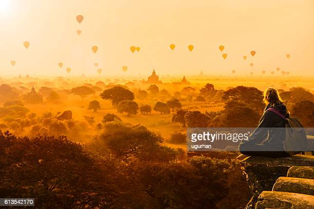 hot air balloons in bagan, myanmar - culturen stockfoto's en -beelden