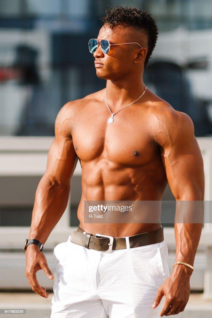 Hot Vacker Svart Kille Med Svallande Muskler Poserar Mot Bakgrund Av Den Urbana Landskapet Man Fitness