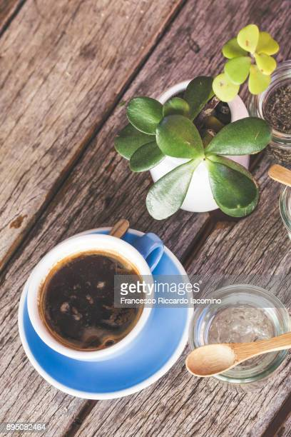 hot black cup on wooden table - francesco riccardo iacomino australia foto e immagini stock