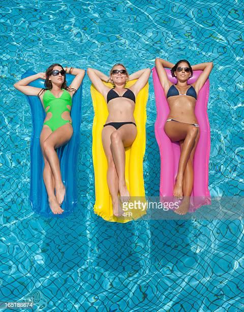 Chics Sonnenbaden am Pool
