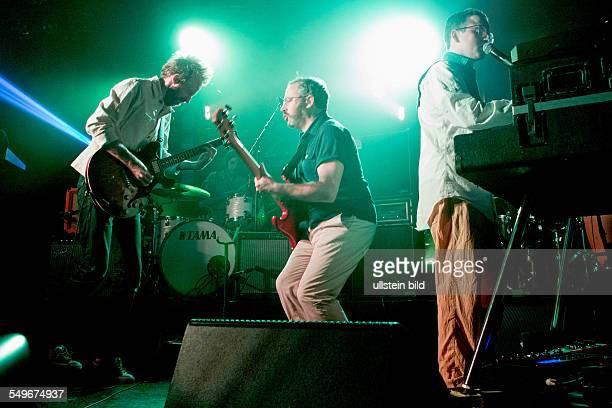 Hot Chip die britische ElectroSynthiePopBand mit Alexis Taylor Joe Goddard Owen Clarke Felix Martin und Al Doyle bei einem Konzert in Hamburg Grosse...