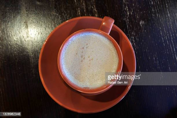 hot chocolate cocoa drink served in a orange cup - rafael ben ari photos et images de collection