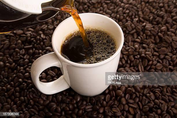 ホットコーヒーのカップに注がれる