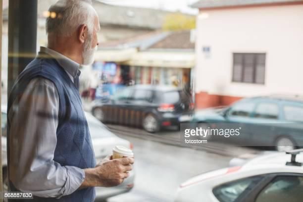 warme koffie te warmen de dag - alleen seniore mannen stockfoto's en -beelden