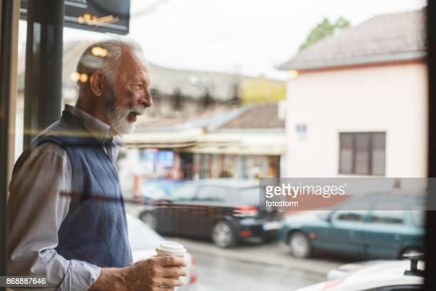 Heißen Kaffee zum Aufwärmen des Tages