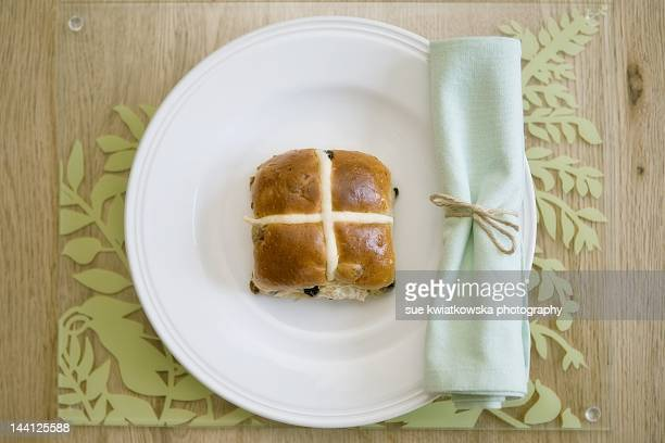 hot cross bun - hot cross bun stock pictures, royalty-free photos & images