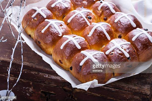 hot cross buns, homemade pastries for easter treats - easter cross stock pictures, royalty-free photos & images