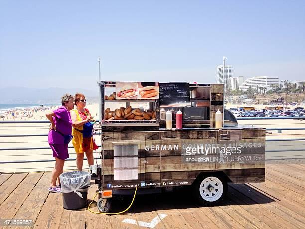 Hot Dogs Tenez-vous sur la jetée de Santa Monica