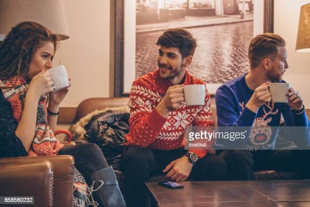 pausa de bebida quente - suéter natalino - fotografias e filmes do acervo