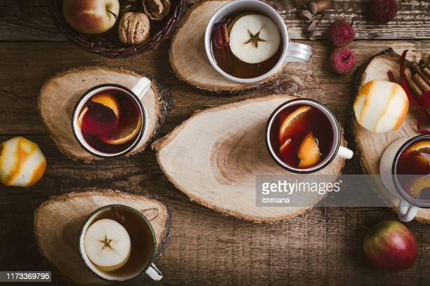hot drinks in rural mugs on cross-section of tree - thee warme drank stockfoto's en -beelden