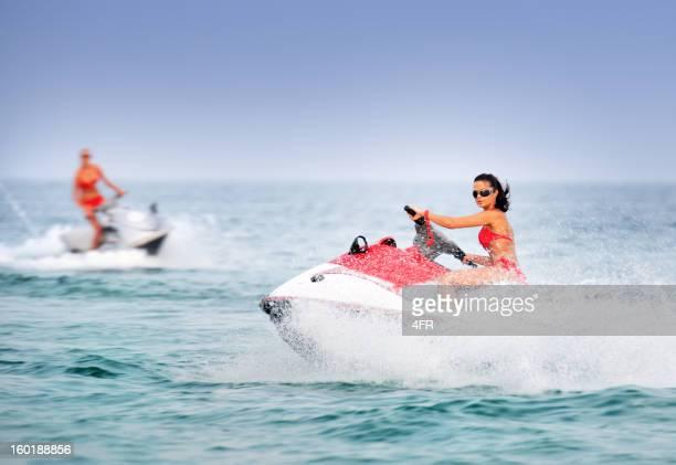 Hot Girls auf Jet-Skis/Waverunner im tropischen Wasser