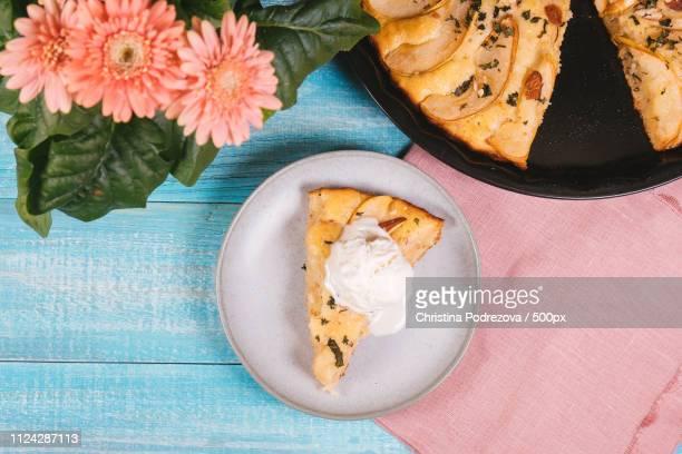hot pear pie and ice cream - christina plate foto e immagini stock