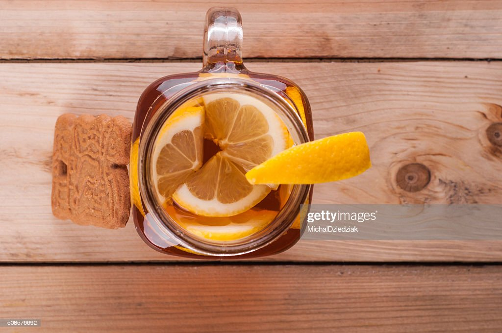 Hot spiced tea in jar on wooden table : Stockfoto