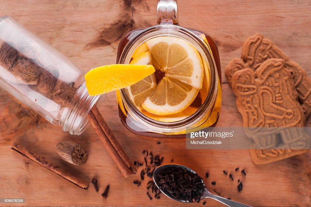 Warme würzige Tee in Krug auf Holztisch : Stock-Foto