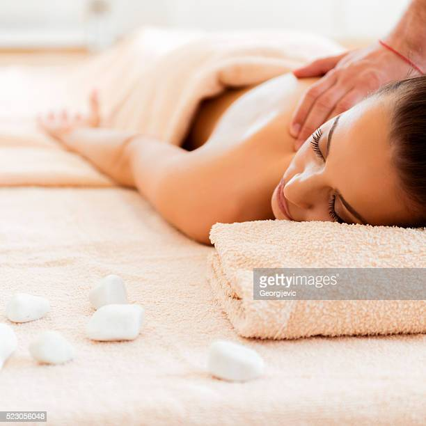 relaxation aux pierres chaudes - massage homme femme photos et images de collection
