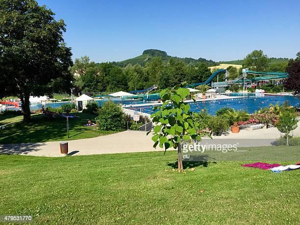Heißer Sommertag Blick auf den Swimmingpool mit Weinbergen im Hintergrund