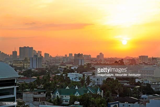 hot sunset over manila city, philippines - cidade de quezon - fotografias e filmes do acervo