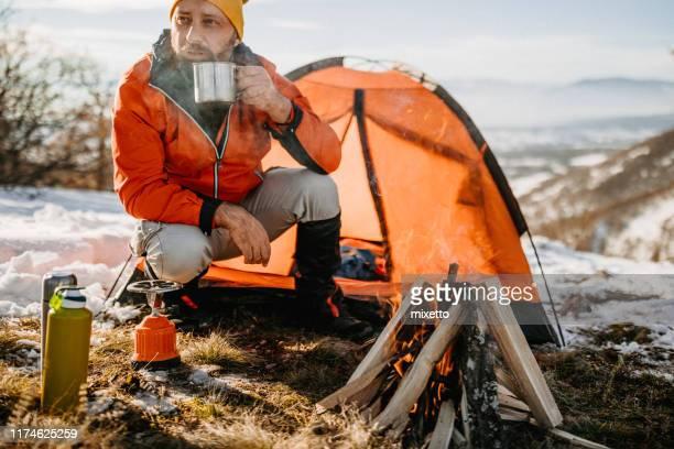 冷たい雪の日に最高の熱いお茶 - キャンプする ストックフォトと画像