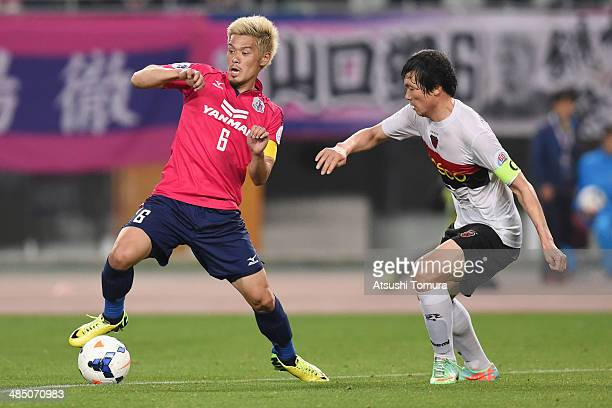 Hotaru Yamaguchi of Cerezo Osaka battles for the ball with Kim Tae Su of Pohang Steelers during the AFC Champions League Group E match between Cerezo...