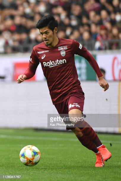 Hotaru Yamaguchi of Vissel Kobe dribbles the ball during the J.League J1 match between Vissel Kobe and Sagan Tosu at Noevir Stadium Kobe on March 2,...