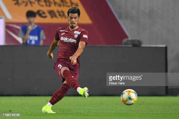 Hotaru Yamaguchi of Vissel Kobe in action during the J.League J1 match between Vissel Kobe and Gamba Osaka at Noevir Stadium Kobe on August 02, 2019...
