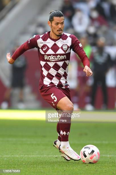 Hotaru Yamaguchi of Vissel Kobe in action during the J.League Meiji Yasuda J1 match between Vissel Kobe and Shonen Bellmare at Noevir Stadium Kobe on...