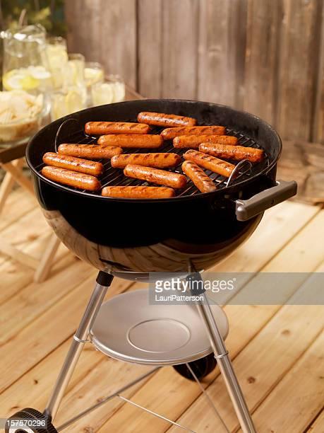 Hotdogs auf Holzkohle-Grill