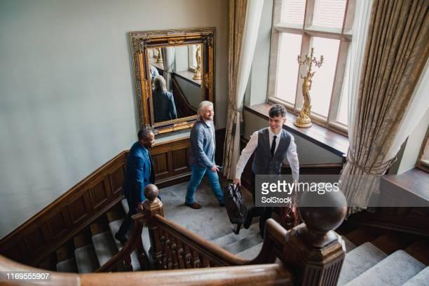 ホテルコンシェルジュがゲストを部屋に連れて来る - 職業 ポーター ストックフォトと画像