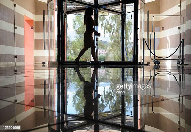 Entrée de l'hôtel en marbre et en acier.