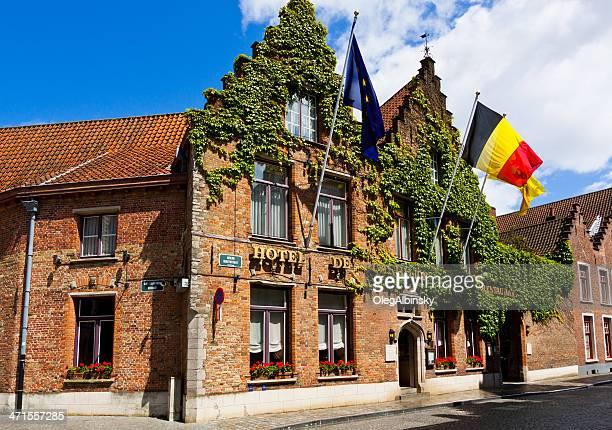 hôtel dans la partie historique de bruges. - drapeau belge photos et images de collection