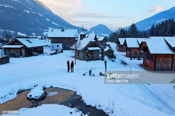 hotel moserhof is a village of individual traditional houses in penk, moelltal, carinthia, austria - moserhof stock-fotos und bilder