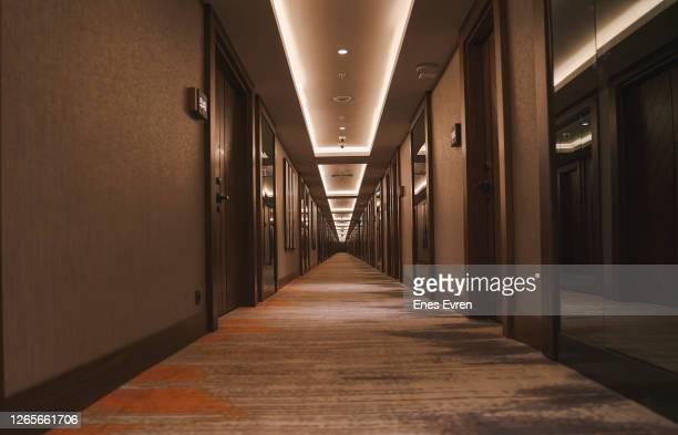 couloir des chambres d'hôtel - couloir photos et images de collection