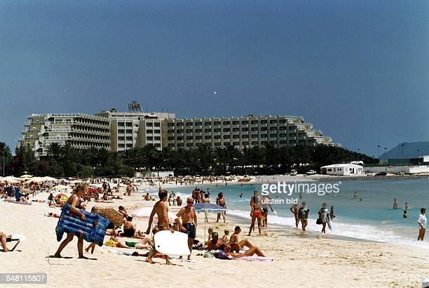 Hotelanlage und Strand mit Urlaubern bei Corallejo 1996