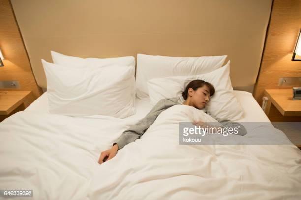 dormitorio del hotel - bedzed fotografías e imágenes de stock