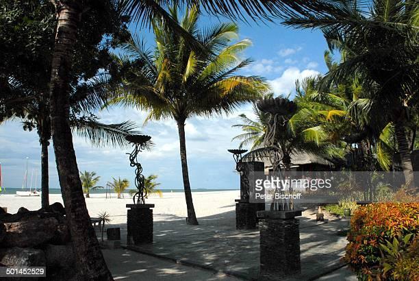 Hotelstrand StrandBar mit Terrasse Strand 5SterneLuxushotel Four Seasons Insel Langkawi Malaysia Asien Meer Palme Kunst Kunsthandwerk...