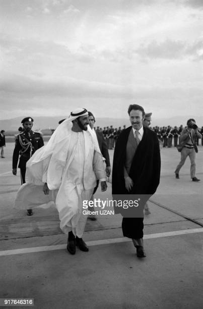 Houari Boumédiène accueillant le cheikh Zayed ben Sultan Al Nahyane arrivant pour le sommet de l'OPEP à l'aéroport d'Alger en Algérie en mars 1975