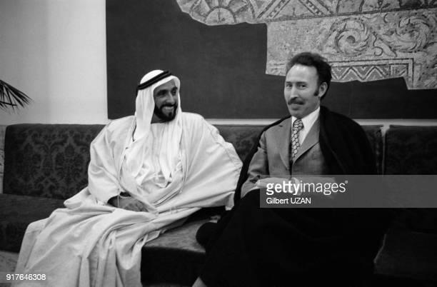 Houari Boumédiène accueille le cheikh Zayed ben Sultan Al Nahyane pour le sommet de l'OPEP dans un salon de l'aéroport d'Alger en Algérie en mars 1975