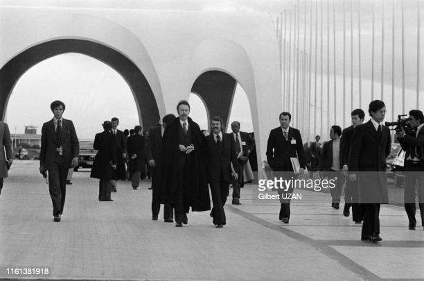 Houari Boumédiène et Abdelaziz Bouteflika avec à droite Mouloud Hamrouche au sommet de l'OPEP au palais des nations à Alger en Algérie le 6 mars 1975