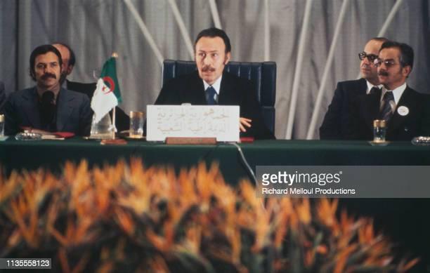 Houari Boumediene avec à sa droite le minsitre algérien des affaires étrangères Abdelaziz Bouteflika lors d'un sommet arabe à Alger