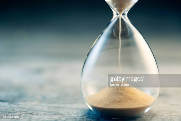 hourglass flow - sand stock pictures, royalty-free photos & images