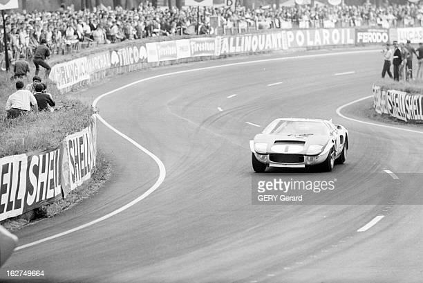 24 Hours Of Le Mans 1965 Le Mans 19 juin 1965 La voiture de sport FORD GT40 pilotée par Ken MILES et Bruce MAC LAREN roulant sur le circuit durant la...