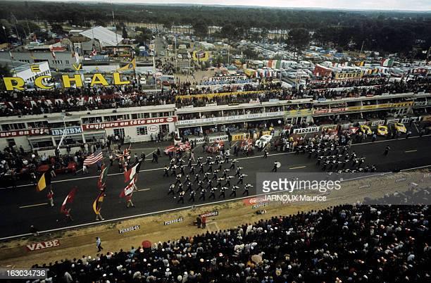 24 Hours Of Le Mans 1966 En France en juin 1966 lors de la course automobile d'endurance les 24 heures du Mans les fanfares défilent sur la piste...