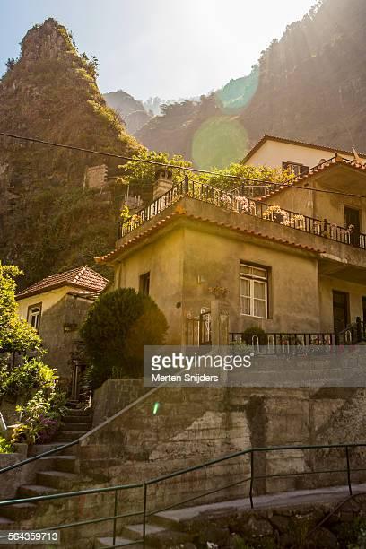 house against green mountain slope - merten snijders - fotografias e filmes do acervo