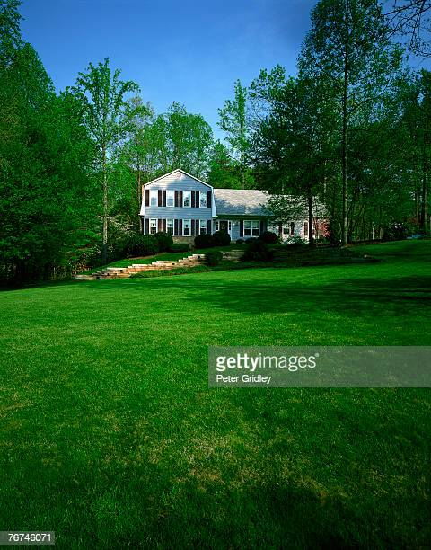 house and lawn - casa estilo rancho fotografías e imágenes de stock