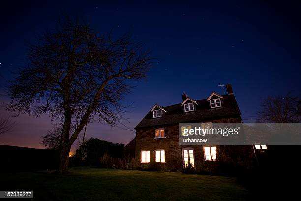 house at night - verlicht stockfoto's en -beelden