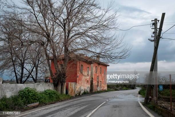 house at the roadside. - emreturanphoto stock-fotos und bilder