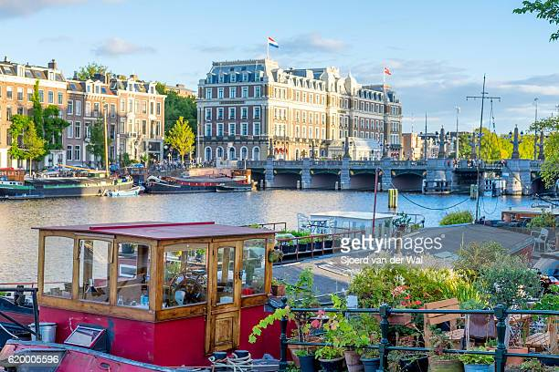 "house boat at the river amstel with the amstel hotel - ""sjoerd van der wal"" stock pictures, royalty-free photos & images"